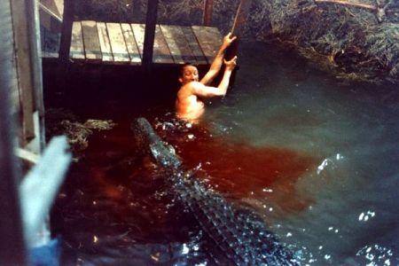 Robert Englund aux prises avec un maître nageur peu patient