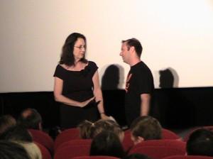 Julie Corman tentant de calmer Daniel Cohen.